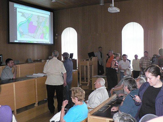 Veřejné projednávání změny územního plánu u Malého jezu na českobudějovické radnici.