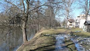Malše u Malého jezu v Českých Budějovicích je oblíbeným rekreačním místem obyvatel města v jakémkoliv ročním období. V létě jsou travnaté břehy využívány ke koupání, jindy alespoň k procházkám.