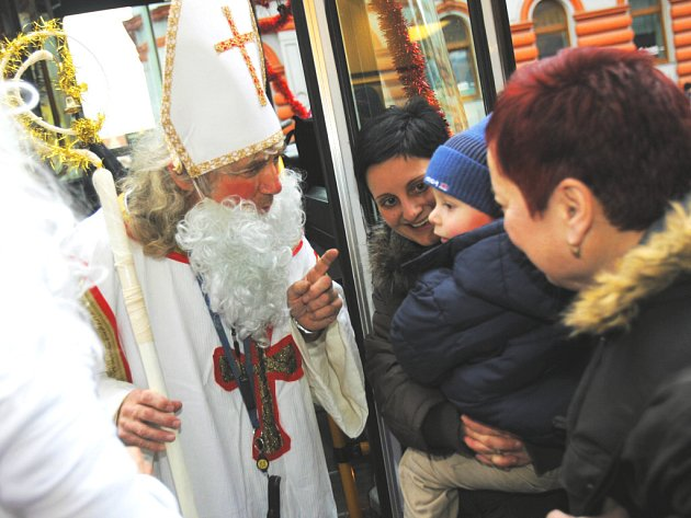 Už tradiče se včera ulicemi Českých Budějovic proháněl speciální autobus, který kromě hodných a zlobivých dětí svezl Mikuláše, čerta a anděla.