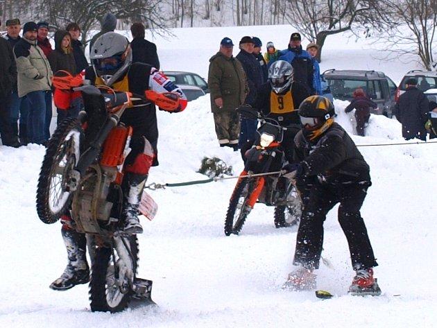 Motoskijöring přináší spoustu zajímavých okamžiků.