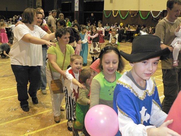 V sokolovně se konaly tradiční dětské šibřinky. Princezen, pirátů, lidojedů i motýlů byl plný sál.