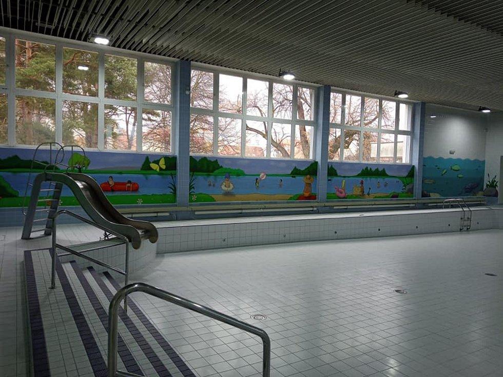 """""""V nucené odstávce nezahálíme a malý bazén je vyzdoben dalšími obrázky, aby se u nás líbilo i nejmenším návštěvníkům,"""" uvádí na sociálních sítích Sportovní zařízení města České Budějovice."""