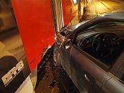 Na večerní projížďku autem vyrazil v úterý krátce po osmé hodině večer čtrnáctiletý řidič. Konec jeho jízdy nastal ve chvíli, kdy v brněnské Dukelské třídě naboural do stojící tramvaje. Ta zrovna v opačném směru nabírala cestující.