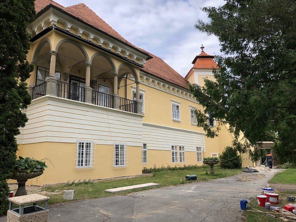 Zámek ve Ždánicích se postupně obnovován od roku 1993. Současná podoba zámku odráží pozdně barokní přestavbu původně renesanční budovy. Stavba po opravách.
