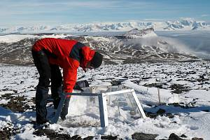 Hlavním cílem expedice v Antarktidě je samozřejmě věda – a ta se neptá, kolik sněhu je zrovna kolem, nebo jaké boty zrovna máte obuté,…