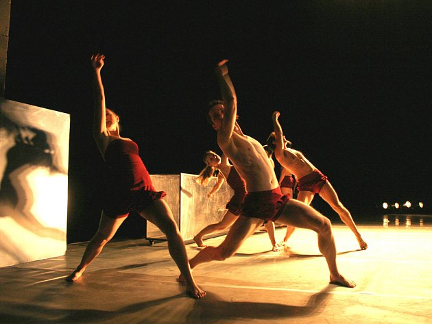 BAROCCO. Choreografie Jacka Przybyłowicze, kterou doprovodí Bachova hudba, klade důraz na měkkost pohybu a čistotu detailu.