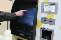 Automat na bitcoiny. Ilustrační foto.