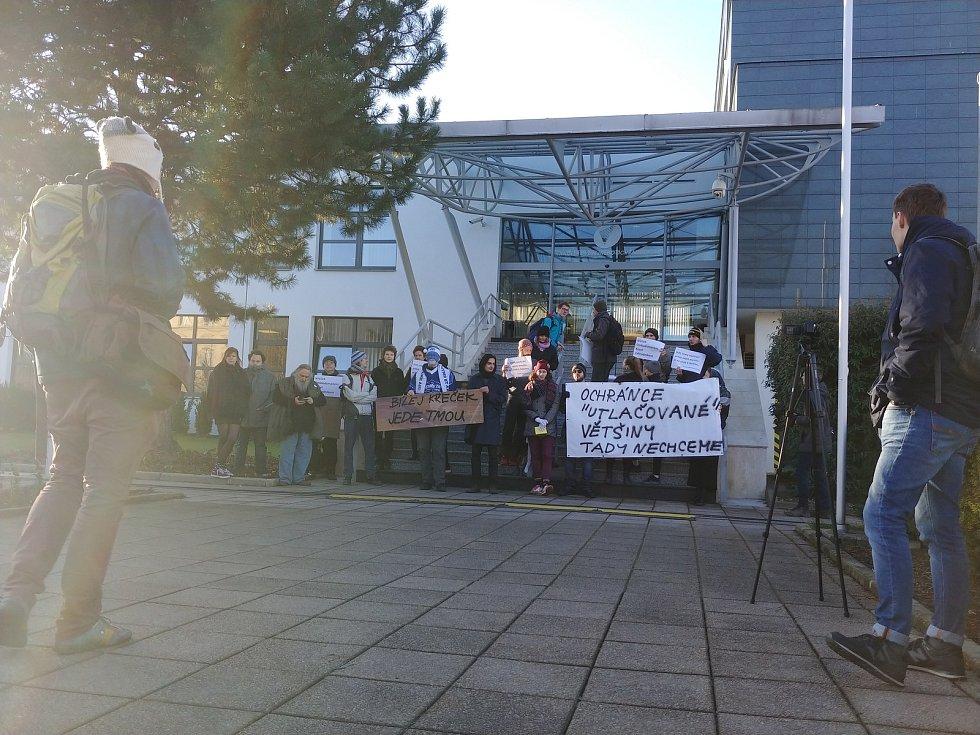 Příchod Stanislava Křečka jako nového ombudsmana do úřadu v Brně byl dramatický. Před vchodem na něj čekali odpůrci s transparenty, kteří mu zablokovali cestu. Přišla ale rovněž skupinka příznivců.