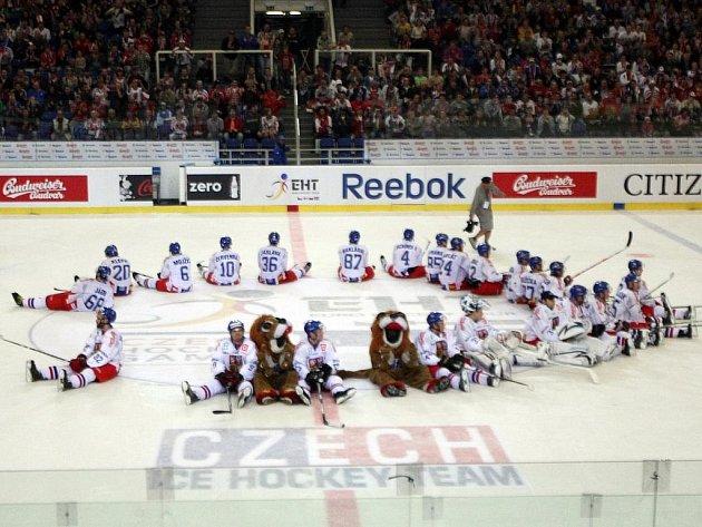 Čeští hokejisté děkují fanouškům v brněnské hale Rondo.