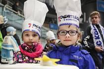 Desítky dortů s hokejovou tématikou si mezi sebe rozdělili návštěvníci v pořadí již sedmé Dortiády s Kometou.