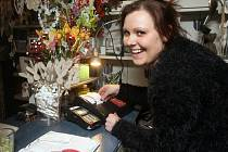 """Po celé republice přešla 1. března druhá vlna obchodníků na elektronickou evidenci tržeb (EET). Eva Šenkýřová z květinářství Květiny Řiháčková v ulici Kobližná v Brně: EET nám nevadí. Bude chvilku trvat, než si na to zvykneme."""""""