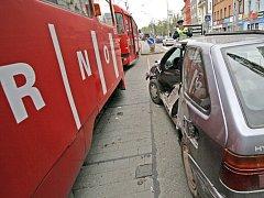 Srážka tramvaje s osobním autem.