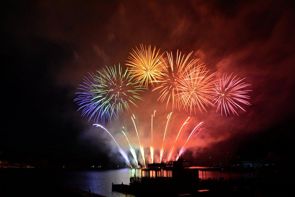 První ohňostroj letošního ročníku soutěže Ignis Brunensis přilákal na Brněnskou přehradu 180 tisíc diváků.
