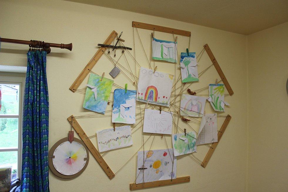 V části Kaprálova mlýna funguje lesní školka. Přijíždí do ní děti z nedalekého Ochozu u Brna, ale i Brna.