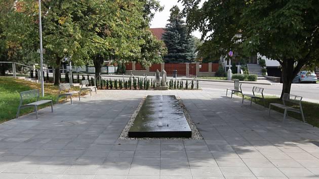 Park před radnicí v Brně-Komíně.