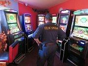Celníci při osmi kontrolách v nelegálních hernách zabavili 58 herních automatů a 80 tisíc korun