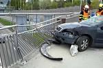 Následků dopravní nehody se zřejmě příliš obával řidič, který v sobotu naboural do zábradlí na mostě v brněnské Korejské ulici. Z místa před příjezdem policistů utekl.