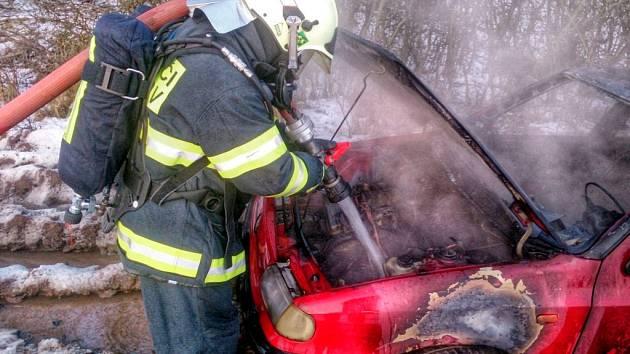 Požár auta ve Zbýšově.