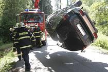 Na boku v potoce skončilo osobní auto, které sjelo ze silnice v Jamném, části Tišnova na Brněnsku.