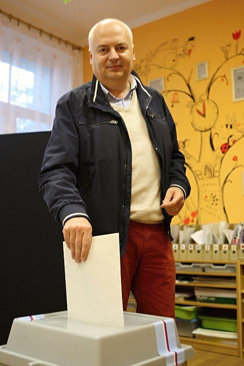 S rodinou přišel k volební urně v pátek po šesté hodině podvečerní lídr kandidátky sociálních demokratů do brněnského magistrátu Oliver Pospíšil. Volil v mateřské škole Tumaňanova v brněnské Mokré Hoře.