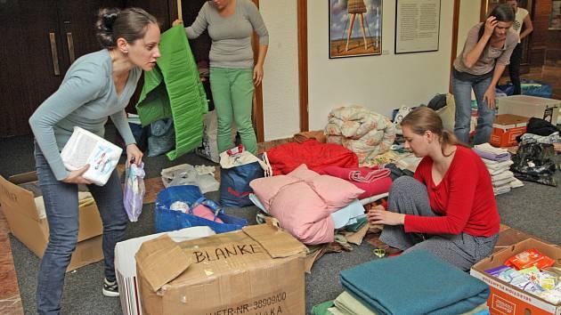 Celý nedělní večer dobrovolníci nakládali deky, hygienické potřeby a různé potraviny. Už v pondělí brzy ráno je odvezou do maďarské Budapešti, kde je předají do tamního českého centra, které je rozmístí dál.