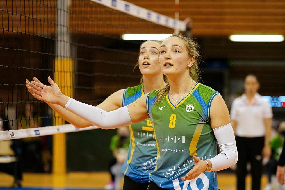 Volejbalistka Denisa Pavlíková reklamuje špatné rozhodnutí sudích.