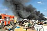 Hasiči likvidovali požár skládky u Bratčic.