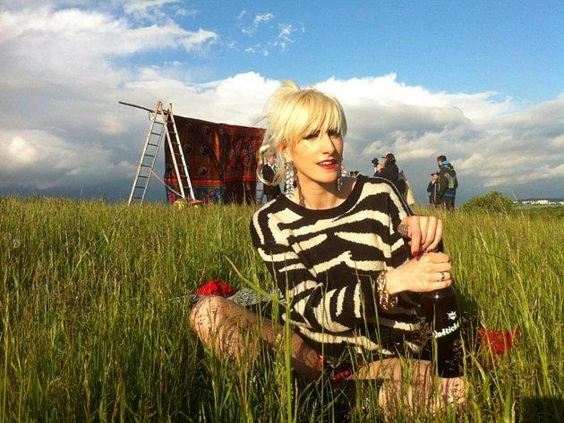 """Zpěvačka Klára Vytisková jako """"Country Girl""""."""