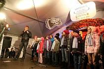 Už loni si Brňané na Zelném trhu společně s Deníkem zazpívali koledy Nesem vám noviny, Narodil se Kristus Pán a Půjdem spolu do Betléma.