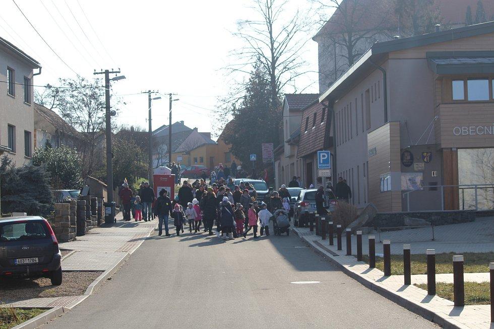 Druhou únorovou sobotu si obyvatelé Moravan na Brněnsku připomínali tradiční masopust. V kostýmech zvířat, ale i nevěst či smrtky, přišly především děti.