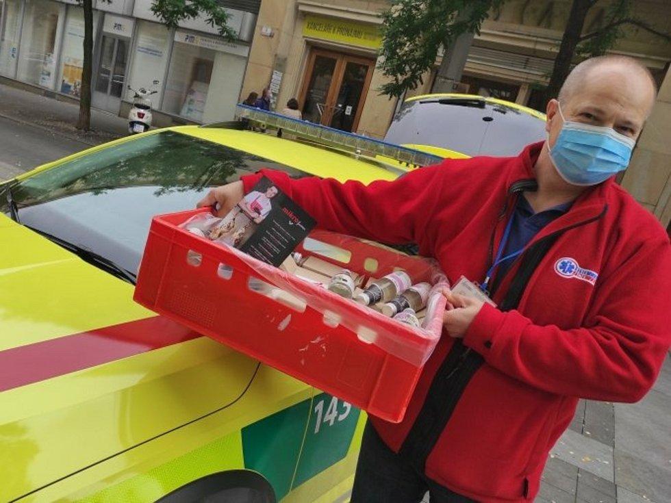 Lidé opět začínají nosit dárky i jihomoravským záchranářům.