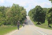 V sobotu ráno vyrazili lidé opět z Pohořelic na Pouť smíření. Připomněli si tak válečný odsun němců z Brna.
