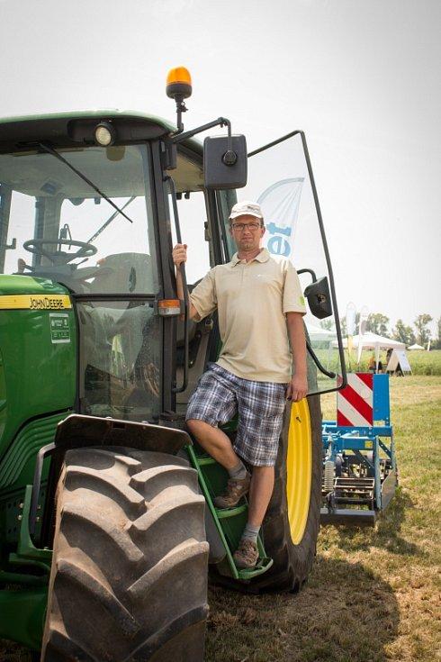 Návštěvníci Polního dne viděli monitorovací systém výzkumníků Mendlovy univerzity zaměřený na traktory, sledovali vyhodnocování a předpovídání sucha, ochutnali naklíčenou čočku a jiné zemědělské plodiny.