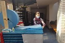 Znojemští vodáci nabízejí textilii vhodnou pro roušky
