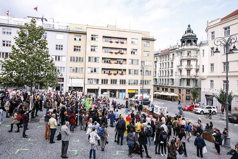 Brněnští studenti sdružení kolem klimatického hnutí Fridays for Future demonstrovali za udržitelný rozvoj planety v centru Brna. K nim se přidala řada lidí, která sdílí obavy z klimatických změn a ekologických katastrof.