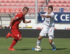 Fotbalista David Štrombach (v červeném v dresu juniorky brněnské Zbrojovky).