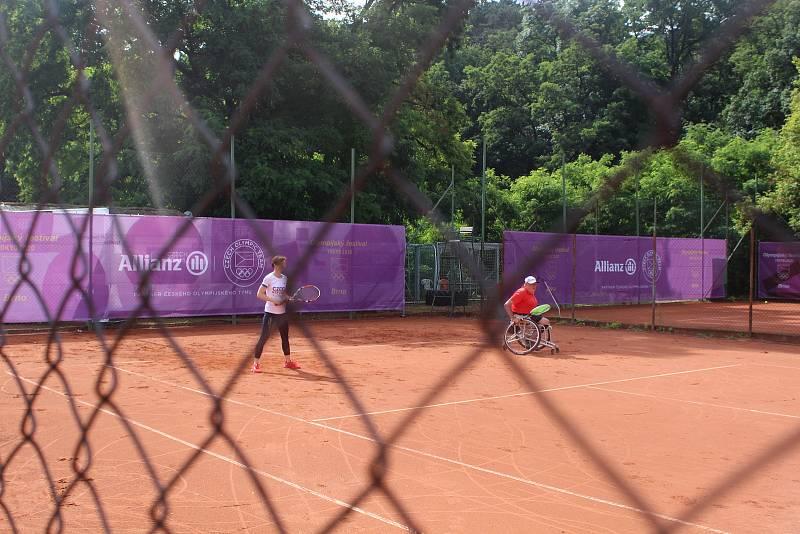 Návštěvníci festivalu si užili napínavou atmosféru rozehraného tenisového zápasu.