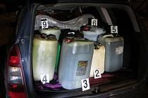Auta plná kanystrů nafty zastavili díky textové zprávě policisté při odjezdu z ostrovačického parkoviště. Trojice můžu tam ze zapakovaných nákladních aut pohonné hmoty ukradla.