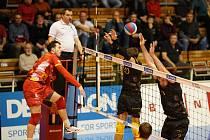 Volejbalisté Brna (na snímku v černém dresu) přetlačili pražské Lvy v tie-breaku.