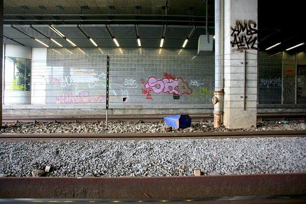 Před dvanácti lety byla zastávka Jírova chloubou, teď je to naopak. Zdi pomalovali sprejeři a ve výtahu přespávají bezdomovci.