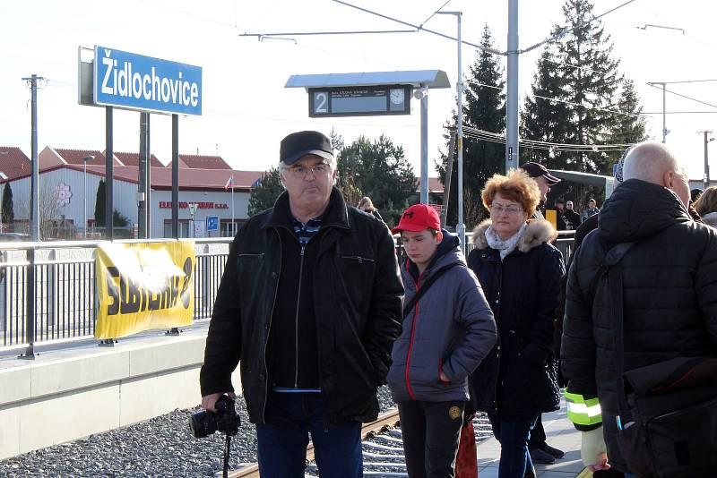 V Židlochovicích v neděli otevřeli nový vlakový terminál. Na tamní nádraží přijel vlak poprvé po čtyřiceti letech.