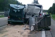 Nehoda tří dodávek a kamionu uzavřela odpoledne dálnici D1 ve směru na Prahu na 169. kilometru nedaleko sjezdu na Velkou Bíteš. Provoz policisté krátce před šestou hodinou večer obnovili jedním pruhem, poté ji plně zprůjezdnili.
