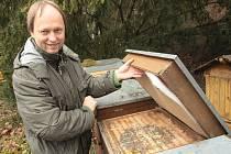 Doteď začátečníci hledali informace většinou na internetu. Neměli se kde oficiálně vzdělávat. Od příštího léta pro ně Český svaz včelařů otevře v Rosicích nové vzdělávací středisko. Kraj na něj v těchto dnech uvolnil přes 130 tisíc korun.