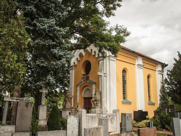"""Jedním z památníků cholerové epidemie v Brně je hřbitovní kaple na hřbitově v brněnských Tuřanech. """"Nad vstupem do kaple je nápis připomínající epidemii,"""" uvedl tuřanský farář Luboš Pavlů."""
