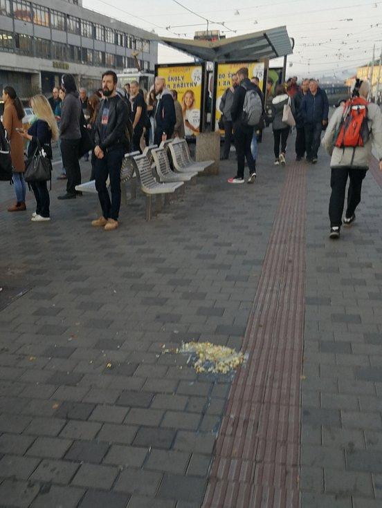 Úterní ranní pohled na tramvajové ostrůvky u hlavního nádraží v Brně.