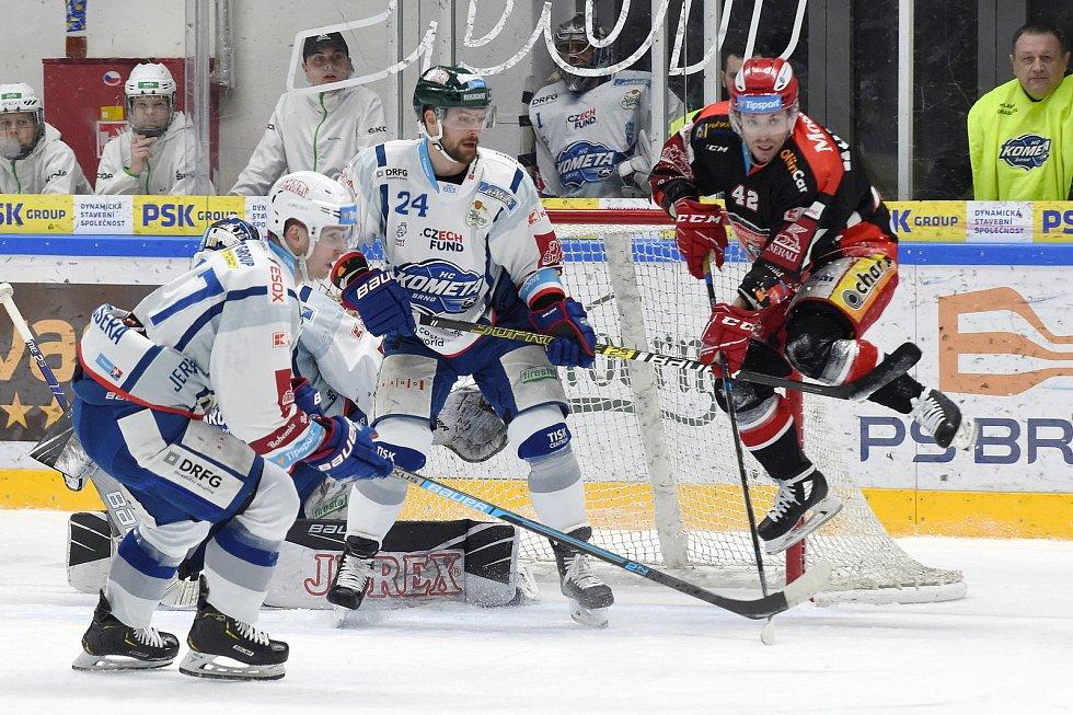 Brno 18.2.2020 - domácí HC Kometa Brno (Michal Gulaši) v bílém proti Mountfield Hradec Králové (Petr Koukal)