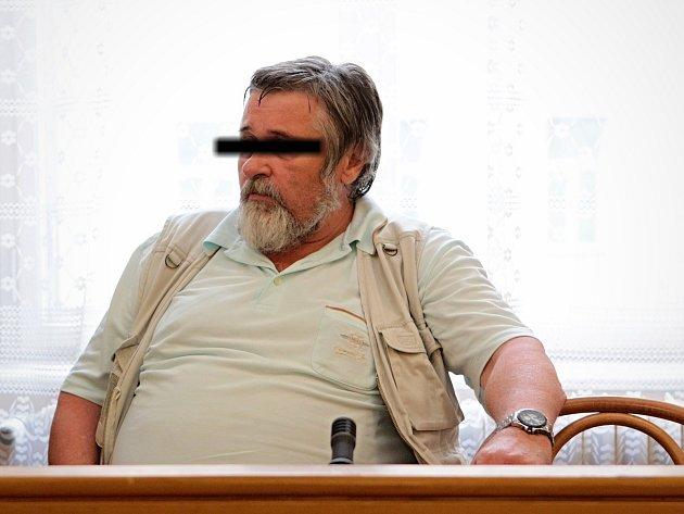 Jednašedesátiletý muž je obžalovaný ze znásilnění dvou svých vnuček. Předstoupil před brněnský krajský soud.