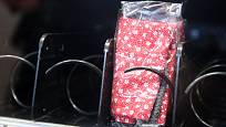 Radnice v brněnských Řečkovicích zprovoznila automat na ochranné látkové roušky. Reaguje tak na nedostatek ochranných pomůcek proti koronavirové nákaze. Testovací provoz se osvědčil a nyní je automat k dispozici všem potřebným.