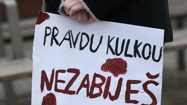Plné náměstí uctilo zastřeleného slovenského novináře Kuciaka. Přišlo 1200 lidí
