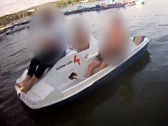 V půjčovně loděk u Brněnské přehrady údajně ukradli mobil. Pak se tři podezřelí mladíci snažili uniknout po vodní hladině na jednom ze zapůjčených šlapadel.